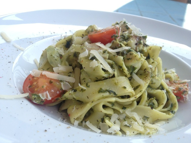 Nudeln an Fischfilet und Spinat
