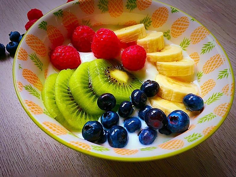 Gesundes Frühstück – Joghurt mit Früchten