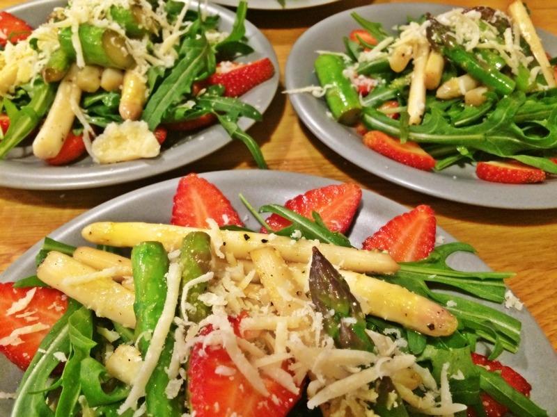 Spargel-Erdbeeren-Salat an Rucola