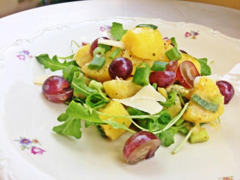 Leichter Kartoffelsalat mit Rucola und Weintrauben