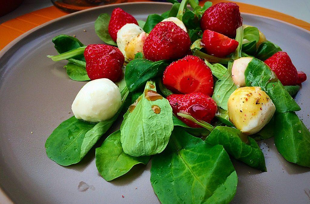 vegetarischer sommersalat mit erdbeeren an honig senf dressing rezepte von karin knorr. Black Bedroom Furniture Sets. Home Design Ideas